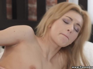 Для получения оргазма молодая пара ебется 18 на широкой кровати в попу
