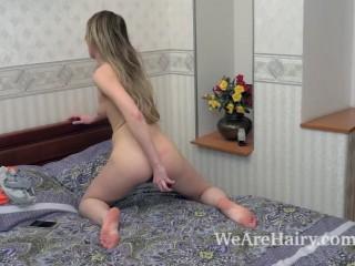 Голая молодая телка мастурбирует волосатую пизду секс-игрушкой