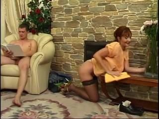 Молодой парень ебет мамину подругу в чулках и кормит ее спермой