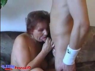 Молодой парень трахает тётю в возбужденную пилотку