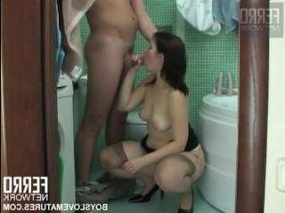 Парню перепадает секс со зрелой в ванной комнате