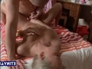 молодые брат и сестра занимаются сексом
