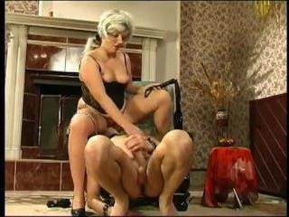 Порно зрелые БДСМ: взрослая и толстая блондинка шлёпает мужчину плетью
