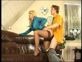 Русская женщина с волосатой пиздой удовлетворяет ей молодого парня