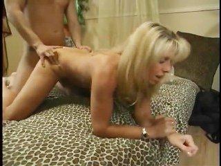 Зрелая блондинка трахается с молодым парнем