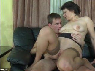 Зрелая леди с большой жопой аналится с молодым парнем