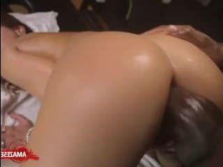 Чернокожий парень делает секс массаж женщине с упругой попкой