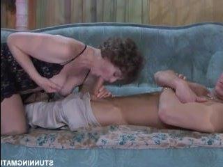 Женщина кончает во время секса с молодым парнем