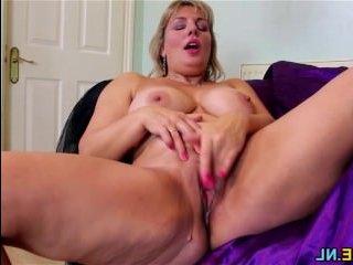 Женщина показывает грудь и мастурбирует на камеру