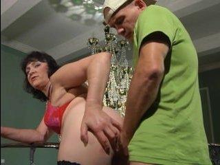 Молодой сынок соблазняет и ебет маму раком прямо в жопу
