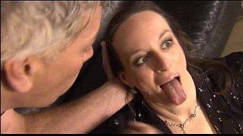 Мужчина трогает грудь жены и трахает ее на видео