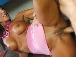 Мужик имеет классный секс с голой женщиной в разных позах