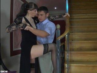 Русская тетя соблазнила племянника и дав отлизать пизду, трахнулась с ним