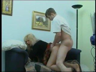Соблазнила парня на трах, показав ему свои большие сиськи