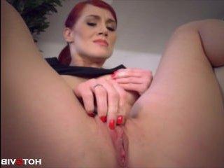 Рыжая русская девушка ласкает себя пальчиками между ножек