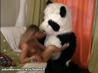Самая красивая девушка в мире раздвигает ноги перед парнем в костюме панды