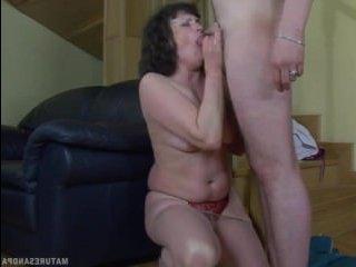 Секс женщины в колготках и её работодателя на лестнице
