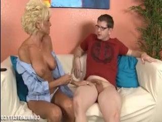 Секс: мама дрочит сыну член и он кончает от этого