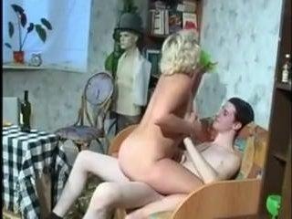 Секс, пьяная женщина сосет молодому хуй и трахается с ним