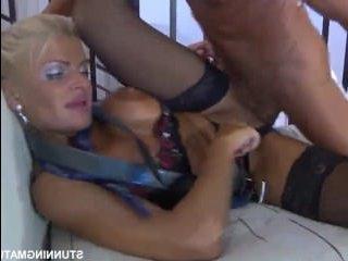 Секс с русской начальницей в эротических черных чулках