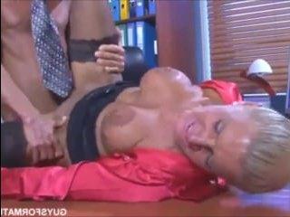Секс со зрелой русской женщиной-начальницей на столе