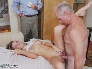 Дед трахает молодуху в пизду пока его друзья наблюдают