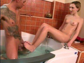 Девушка ласкает большой член стройными ножками