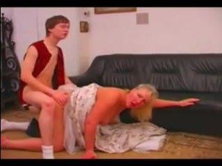 Молодой ебет по-собачьи даму пожилого возраста и заливает спермой ее попку