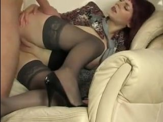Мужик трахает дойки зрелой женщины в черных чулках