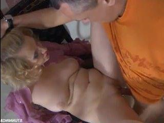 мама подглядывает за тем, как сын дрочит и уговаривает его на инцест