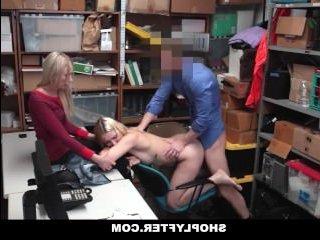 Мужик трахает молодую девушку-воровку и кончает ей в рот