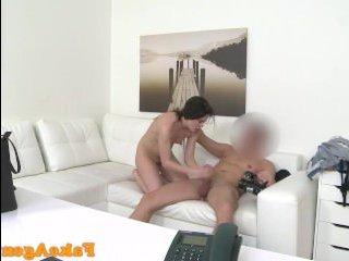 Порно-видео: кастинг зрелой дамы прошел успешно после секса с оператором