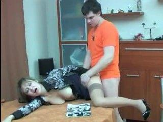 Русский сын сочно трахает маму в жопу - видео