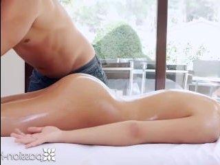 Страстный и красивый секс на массажном столе дома