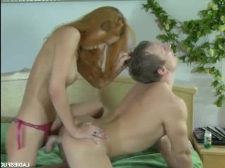 Девушка ебет парня в жопу страпоном и он стонет от боли