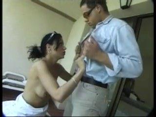 Девушка раздвигает жопу и готовится к анальному сексу