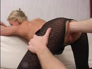 Порно ролики: мама и сын занимаются анальным сексом на диване