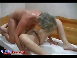 Порно со зрелыми в бане: две мамки ублажили молодого парня