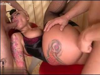 Привязанную девушку ебут по жесткому двое крепких парней