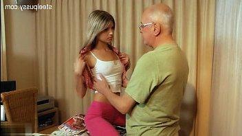 Дед трахает молодую девушку, которая сама его соблазнила