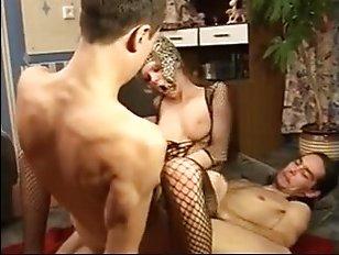 Двое молодых парней ебут русскую проститутку в попу и пизду