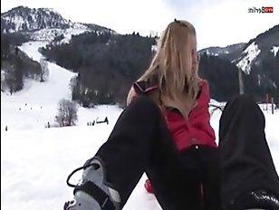 Русская показывает пизду на зимнем австрийском курорте