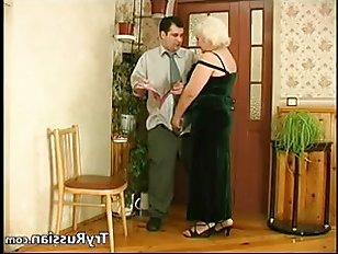 Бабушка русская делает массаж хуя молодому любовнику и дает ему кончить себе в рот