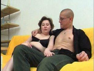 русская сисястая мамаша сосет и отдается на полу сыну-очкарику