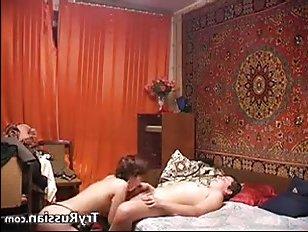 Порно русское: жена сосет мужу хуй, а потом седлает его киской