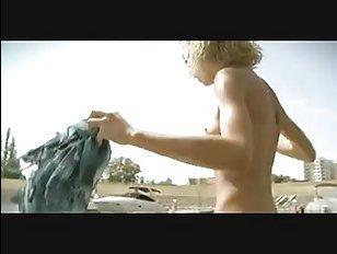 В этом порно стройная мама дает трахнуть себя в попу в лодке