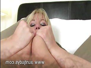 Женщина занимается сексом: видео про мастурбацию