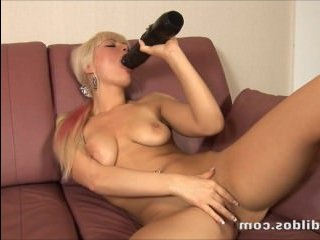 грудастая блондинка развлекается с секс игрушками