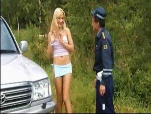 Мужик в полицейской униформе имеет сексуальную блондинку жезлом