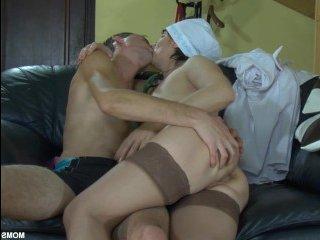 Женщина сверху решила сняться в порно видео с молодым пацаном